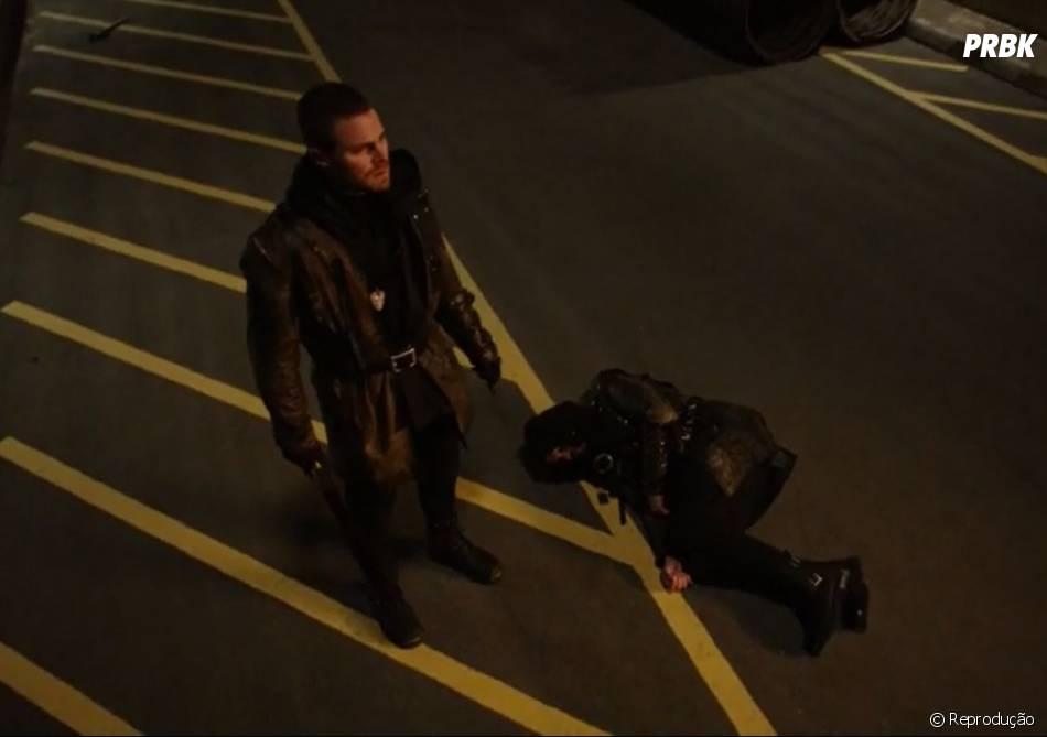"Oliver (Stephen Amell) matou Ra's Al Ghul (Matt Noble) em ""Arrow"""