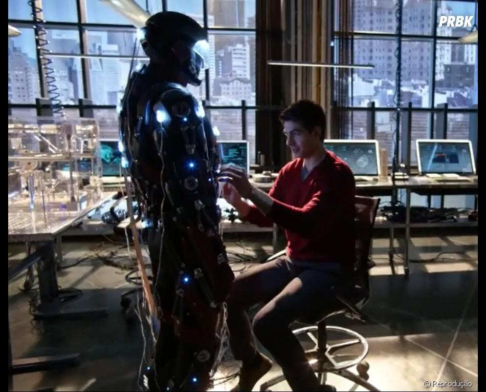 """Introduzindo o spin-off de """"Arrow"""" e """"The Flash"""", Ray (Brandon Routh) começou a trabalhar mais na roupa do ATOM"""