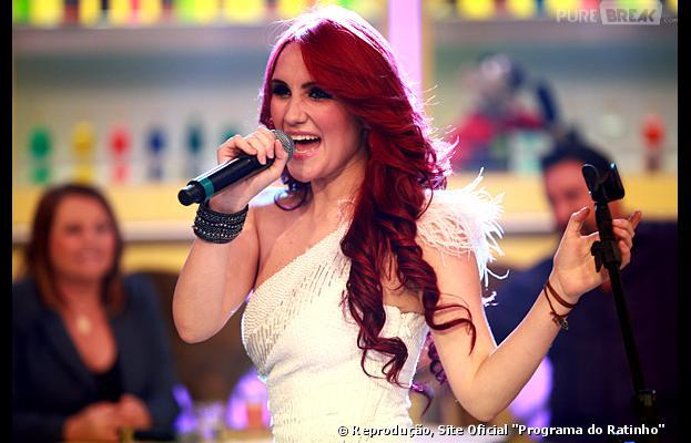 """A atriz e cantora mexicana Dulce Maria canta seu hit """"Inevitable"""" durante a gravação do """"Programa do Ratinho"""""""