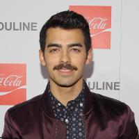 Joe Jonas aparece com novo visual em Hollywood, com bigodinho!