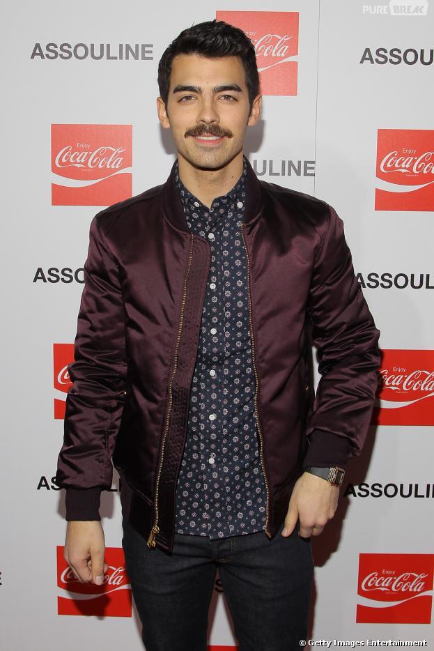 Joe Jonas adere ao bigode grosso e desfilou o novo look pelas ruas de Hollywood, nos Estados Unidos