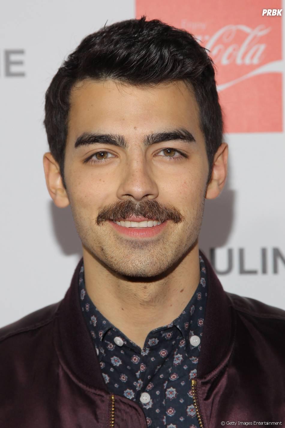 O bigode de Joe Jonas é um movimento que alguns artistas aderem para conscientizar os homens do câncer de próstata