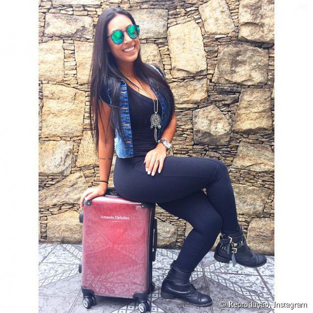 """Amanda Djehdian, segunda colocada no """"BBB15"""", posa com sua mala personalizada da Bagaggio"""