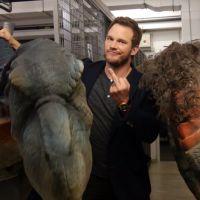 """Chris Pratt, astro de """"Jurassic World"""", toma o maior susto com dinossauros em pegadinha hilária!"""