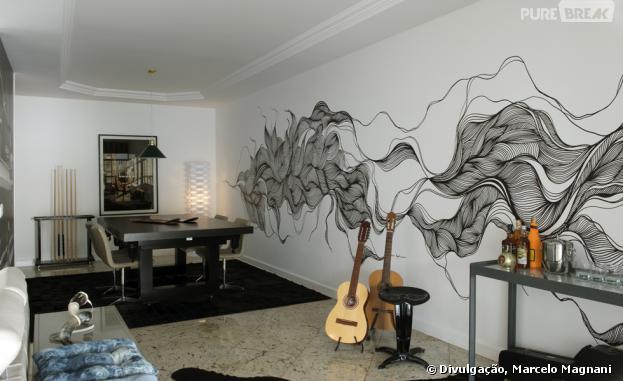 Rota Artesanato Ubatuba ~ Na imensa sala de estar tem a mesa de sinuca que vira uma mesa de jantar e dois violões para