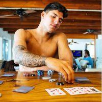 """Gabriel Medina explica o significado de suas tatuagens no programa """"Mundo Medina"""""""