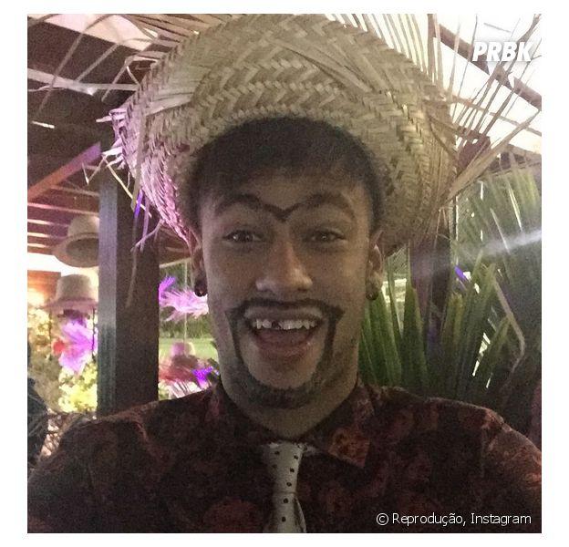 Neymar aparece alegre em vídeo viral feito em sua festa junina