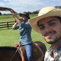 """Daniel Rocha e Rodrigo Simas gravam programa """"Estrelas"""" no Pantanal e posam juntos para selfie"""
