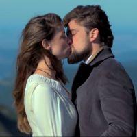 """Te contei? Em """"Além do Tempo"""", Lívia (Alinne Moraes) e Felipe (Rafael Cardoso) se beijam!"""