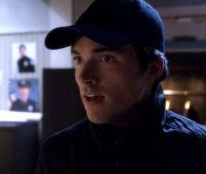 "No segundo sneak peek de""Pretty Little Liars"", Ezra (Ian Harding) tem uma conversa estranha com Mona (Janel Parrish)"