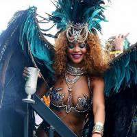 Rihanna aparece sexy em Carnaval de Barbados, ao lado do piloto de Fórmula 1 Louis Hamilton!