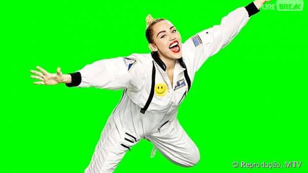 Vestida de astrounata, Miley Cyrus faz ensaio para divulgação do MTV VMA 2015