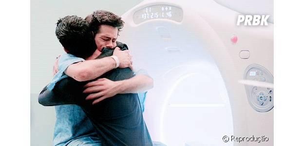 """Scott (Tyler Posey) e Stiles (Dylan O'Brien) estão juntos até no sofrimento e nas lágrimas em """"Teen Wolf"""""""