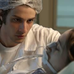 """Reta final """"Babilônia"""": Rafael (Chay Suede) vê Laís em coma ao entrar no hospital disfarçado e chora"""