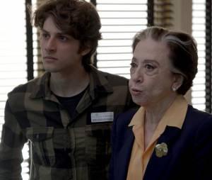 """Rafael (Chay Suede) tem ataque de raiva ao descobrir que tudo é culpa de Aderbal (Marcos Palmeira), em """"Babilônia"""""""