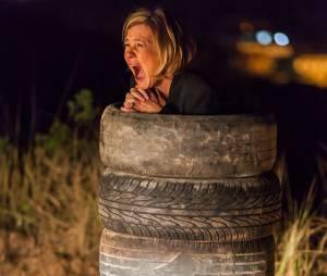 "Osvaldo (Werner Schünemann) joga gasolina em Inês (Adriana Esteves) em ""Babilônia"""