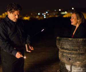 "Inês (Adriana Esteves) promete aOsvaldo (Werner Schünemann) que pedirá demissão da Souza Rangel em ""Babilônia"""