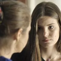 """Novela """"Verdades Secretas"""": Carolina suspeita que Angel (Camila Queiroz) gosta de alguém e questiona"""