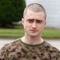 """Harry Potter careca? Daniel Radcliffe aparece de cabeça raspada em primeira foto de """"Imperium"""""""