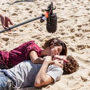 "Novela ""A Regra do Jogo"": Giovanna Lancellotti e Johnny Massaro gravam cena de beijo na praia!"