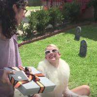 "De ""Scream Queens"": Chanel (Emma Roberts) imita Taylor Swift e distribui presentes para os fãs"