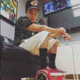 Austin Mahone também adora levar o seu hoverboard para os shows