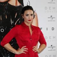 """Demi Lovato recebe Disco de Platina por """"Confident"""" no """"Caldeirão do Huck"""", da Globo!"""
