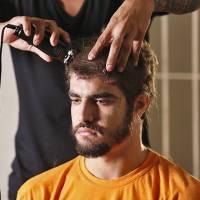 """Caio Castro, o Grego de """"I Love Paraisópolis"""", raspa o cabelo para final da novela na cadeia!"""