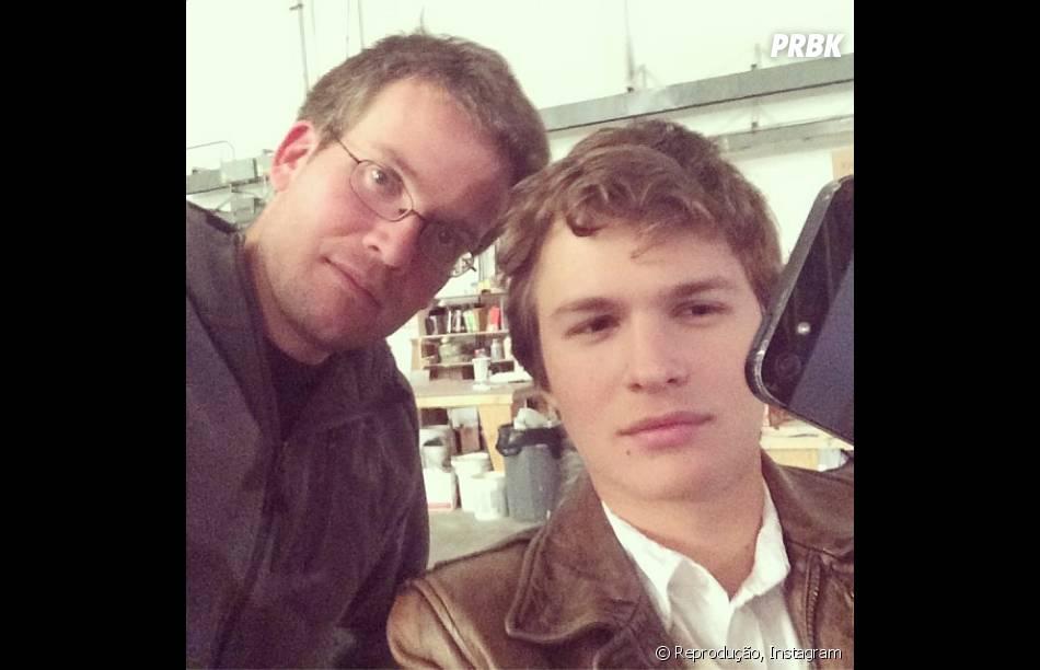 """Ansel Elgort tira selfie com Jonh Green nos bastidores de""""A Culpa é das Estrelas"""""""