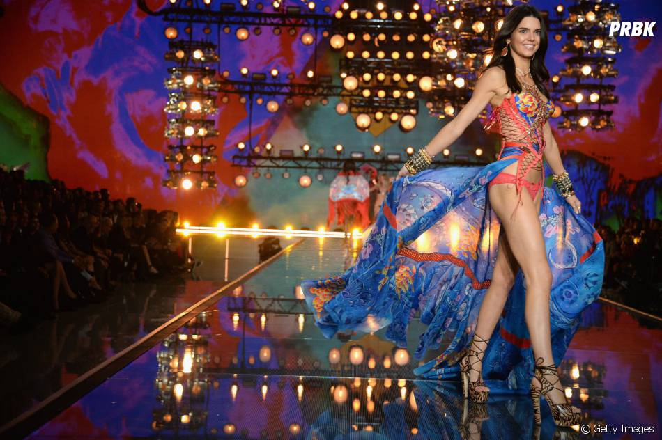 No Victoria's Secret Fashion Show 2015, Kendall Jenner rouba os holofotes por talento e simpatia