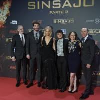 """Jennifer Lawrence, de """"Jogos Vorazes"""", leva o maior tombo em tapete vermelho de première. Tadinha!"""