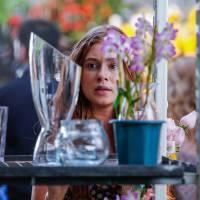 """Novela """"Totalmente Demais"""": Eliza (Marina Ruy Barbosa) vê Arthur no mercado de flores"""