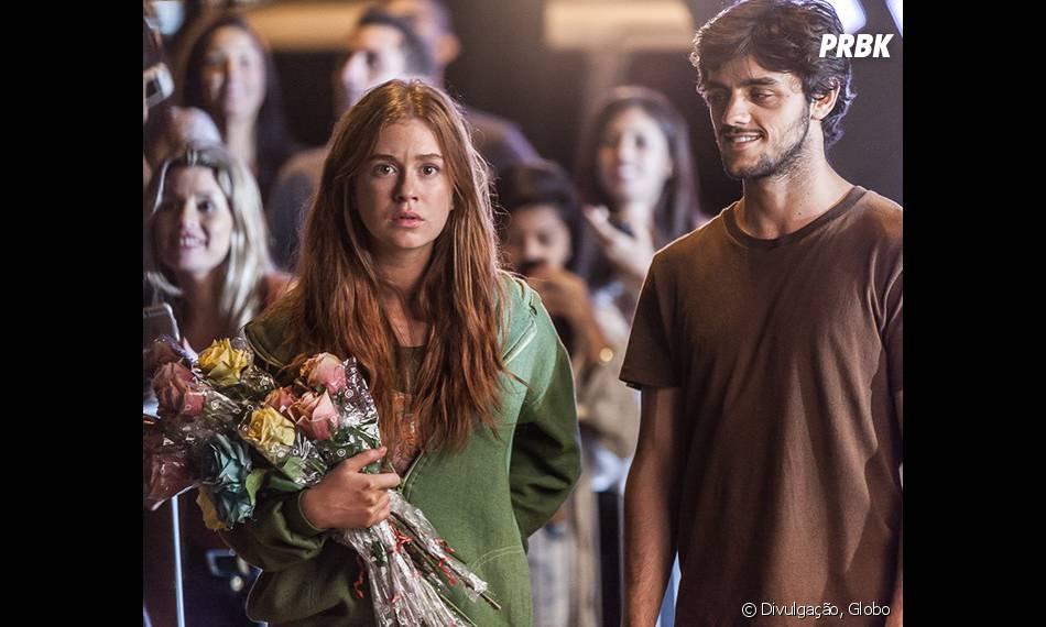 """Novela """"Totalmente Demais"""": Eliza (Marina Ruy Barbosa) observa Arthur (Fábio Assunção) em evento de moda"""