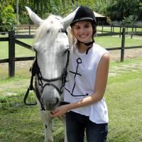 """Camila Queiroz, após """"Verdades Secretas"""", aprende a andar a cavalo para """"Êta Mundo Bom"""""""