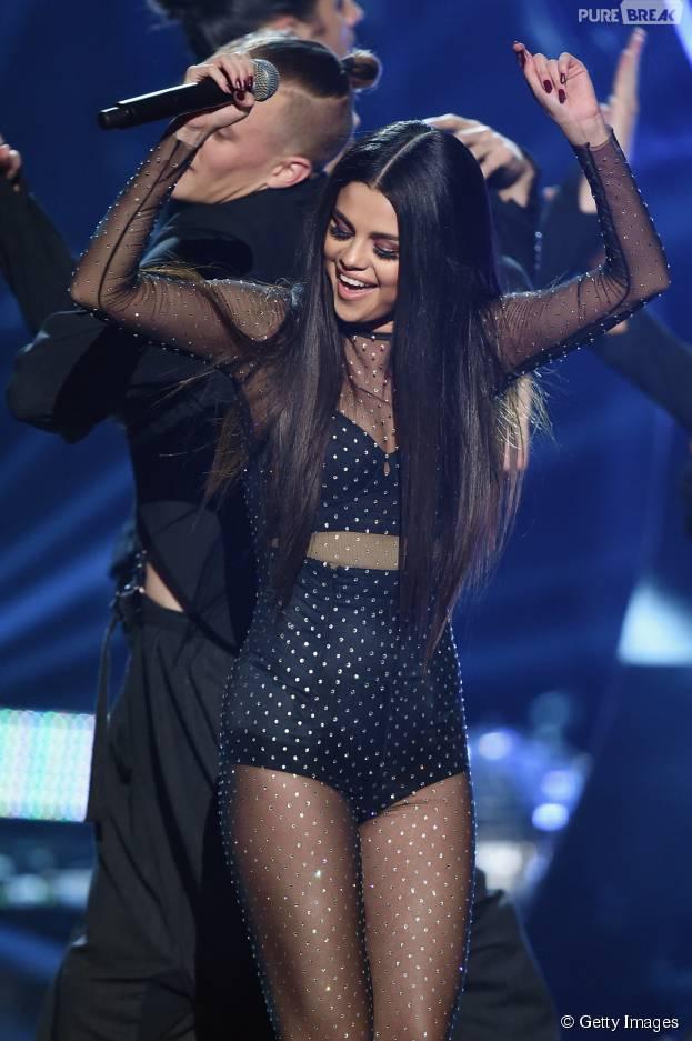 """Selena Gomez coroa boa fase arrasando ao cantar """"Same Old Love"""" no American Music Awards 2015"""