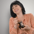 Carly Rae Jepsen cai na risada ao sentir cheiro de uma das guloseimas do Reino Unido