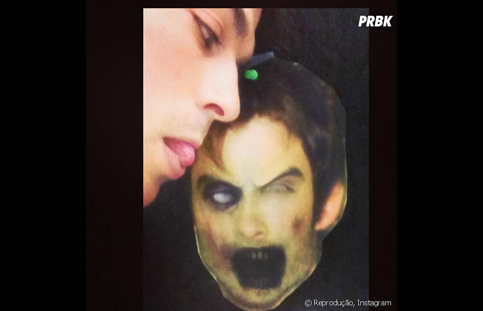 Ian Somerhalder brincou no Halloween com uma máscara feita com seu próprio rosto!