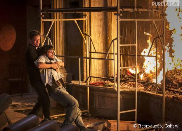 """Em """"Totalmente Demais"""", Arthur (Fábio Assunção) tiraJonatas (Felipe Simas) eEliza (Marina Ruy Barbosa) de incêndio"""