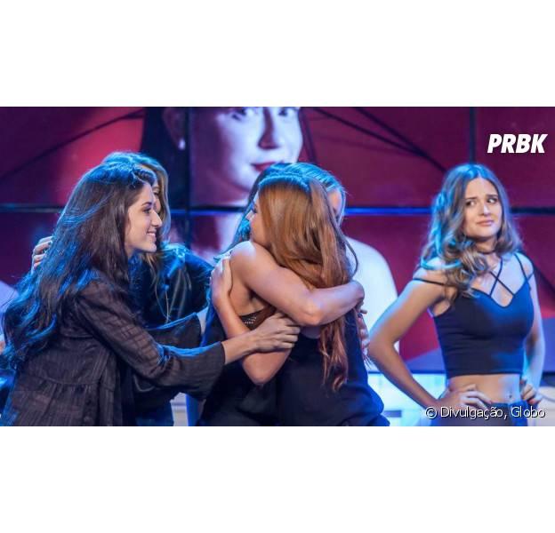 """Em """"Totalmente Demais"""": Eliza (Marina Ruy Barbosa) passa Cassandra (Juliana Paiva) e vence primeira etapa do concurso!"""