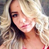Sabrina Sato muda a cor do cabelo e desfila novo visual. Loiríssimo!