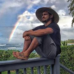 """Caio Castro, após """"I Love Paraisópolis"""", curte férias no Havaí e bate 8 milhões de fãs no Instagram!"""