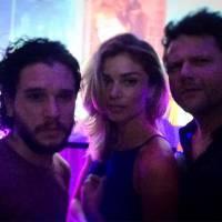"Kit Harington, o Jon Snow de ""Game of Thrones"", posa com Grazi Massafera e Selton Mello no Brasil"
