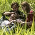 """Em """"Além do Tempo"""": Felipe (Rafael Cardoso) e Lívia (Alinne Moraes) se arriscam para salvar Emília (Ana Beatriz Nogueira)"""