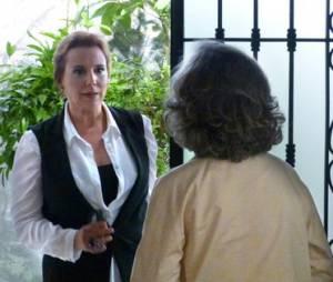 """Novela """"Além do Tempo"""": Emília (Ana Beatriz Nogueira) sofre acidente após conversa com Vitória (Irene Ravache) e as duas fazem as pazes"""