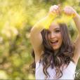 Larissa Manoela brinca e exibe o maior sorrisão em seu book de 15 anos