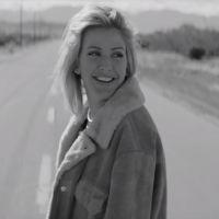 """Ellie Goulding lança clipe de """"Army"""" e faz homenagem aos fãs e melhor amiga! Assista aqui"""