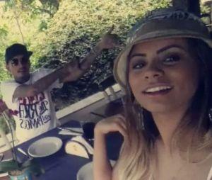 """Lexa e MC Guime fizeram o sinal do hit """"Tá Tranquilo, Tá Favorável"""" para os fãs no Snapchat"""