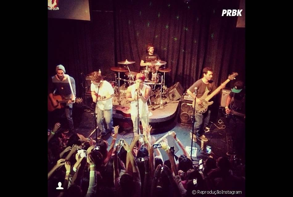 Arthur Aguiar publica foto dele cantando em show