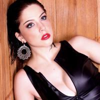 """Bia Arantes, destaque em """"Sangue Bom"""", posa sensual com novo look morena"""