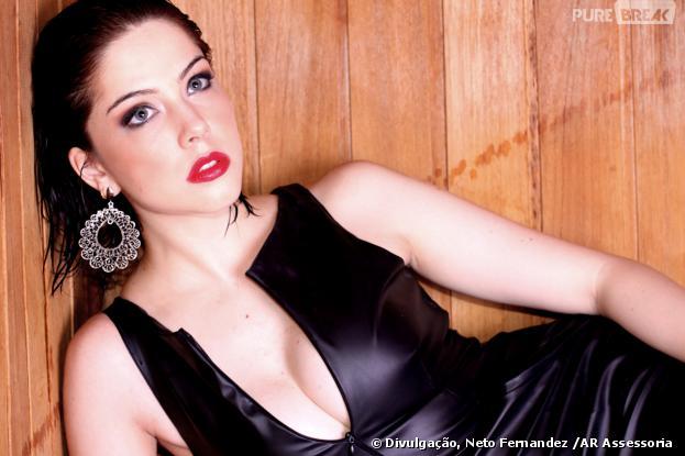 Com um vestido mega decotado, Bia Arantes posa sensual para o fotógrafo Neto Fernandez